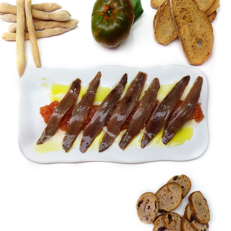 Anchoas sobre tomate natural