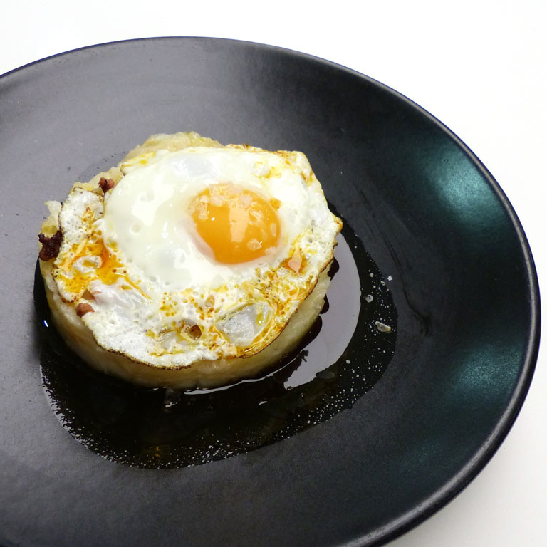 Patatas revolconas con chorizo y huevos fritos